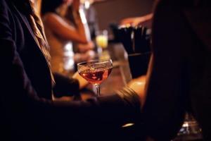 Party-Leute mit Weinglas im Fokus foto