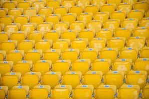 leere, gelbe Stadionsitze foto