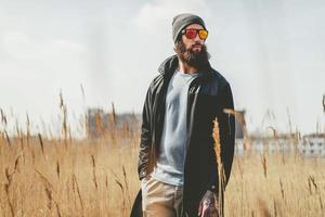 hübscher bärtiger Macho-Mann mit Sonnenbrille foto