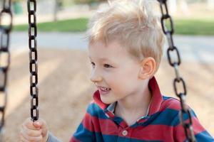 Kind auf dem Spielplatz foto