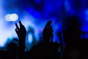 Menschen, die während einer Musik mit dem Touch-Smartphone fotografieren foto