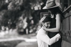 Mann und Frau umarmen sich