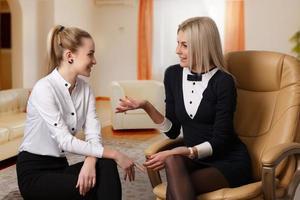 Gespräch zwischen zwei Freundinnen foto