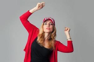 schöne junge Frau in einer Baseballkappe foto