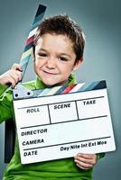 kleiner Schauspieler mit einer Tafel im Kopf