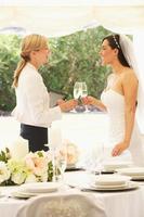 Braut mit Hochzeitsplaner im Festzelt foto