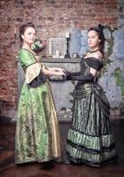 zwei schöne Frauen in mittelalterlichen Kleidern