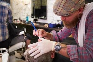Friseur Rasierklient mit Rasiermesser foto