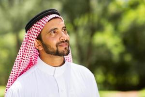 Mann aus dem Nahen Osten schaut auf foto