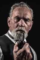 Pfeifenraucher Vintage charakteristischer älterer Mann mit grauem Haar. foto