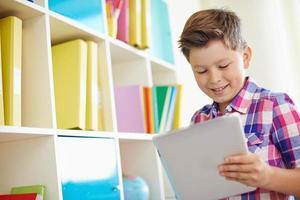 Schüler mit Touchpad foto