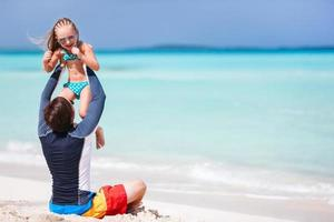 Vater und Tochter am Strand foto