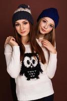 zwei Teenager-Freundinnen in Winterkleidung