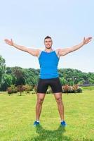 muskulöser Sportler während des Trainings foto