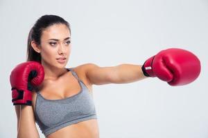 Porträt der Fitness-Frau Boxen in Handschuhen foto