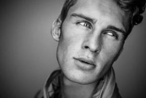 eleganter junger gutaussehender Mann. Schwarz-Weiß-Studiomodeporträt.