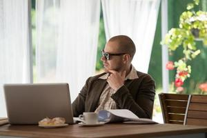 Geschäftsmann entspannendes Café foto