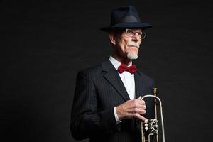 Senior Jazz Musiker. Trompetenspieler. Studioaufnahme. foto