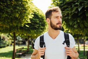 Student mit Rucksack draußen foto