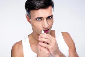 Porträt eines Mannes mit Lippenstift foto