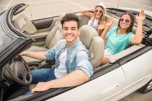 Freunde im Cabriolet