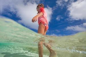süßes kleines Mädchen im Urlaub foto