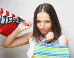 schöne junge Frau mit farbigen Einkaufstüten foto