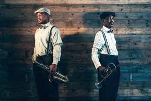 zwei afroamerikanische Jazzmusiker mit Trompete und Saxophon.
