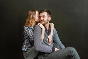Foto des schönen Paares gegen schwarzen Hintergrund