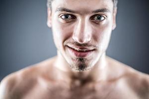 Schönheitsporträt des jungen Mannes foto