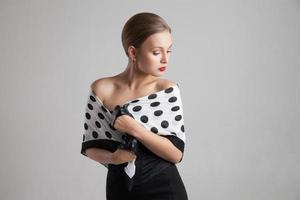 elegante junge Frau mit einem langen Schal um die Schultern foto