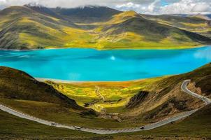 Straße am Yamdrok See in Tibet foto