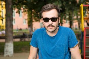 Porträt eines jungen gutaussehenden Mannes foto