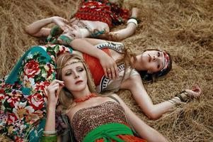 Mädchen von Hippie auf dem Feld foto