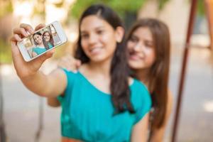 Selfie mit einem Smartphone foto
