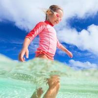 süßes kleines Mädchen im Urlaub