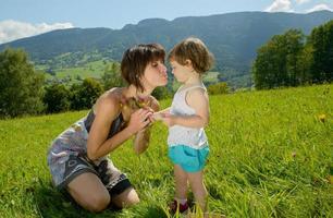 schöne Mutter ist eine Umarmung zu ihrer Tochter