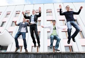 Gruppe von Studenten, um das akademische Jahr abzuschließen foto