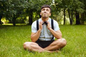 zufrieden lächelnder entspannter schöner Mann draußen im Sommerpark foto