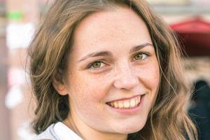 junge schöne Frau Porträt glücklich im Freien foto