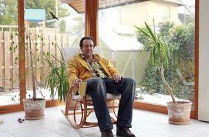 Mann im Wintergarten