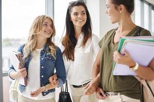 Universitätsleben der Gruppe von Mädchen foto