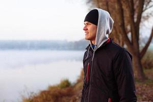 Läufer ruht nach kaltem Herbstlauf