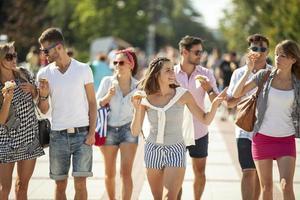 Gruppe von Freunden zu Fuß