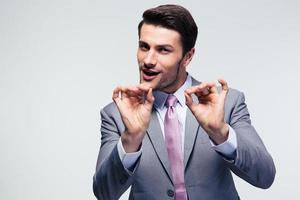 hübscher Geschäftsmann, der ok Zeichen gestikuliert foto