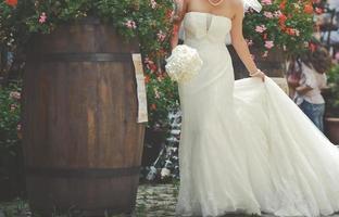 junge Braut mit Blumenstrauß. foto