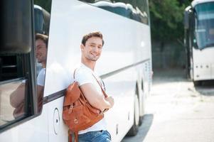 attraktiver junger Mann ist bereit für seine Reise foto