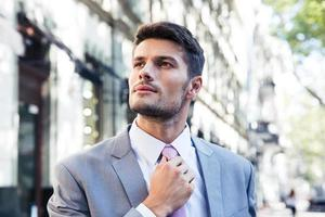 Geschäftsmann richtet seine Krawatte gerade foto