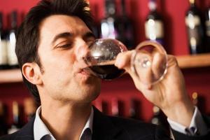 Sommelier probiert ein Weinglas foto