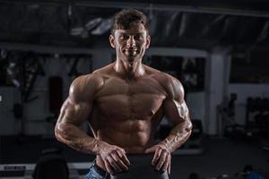Bodybuilder im Fitnessstudio foto